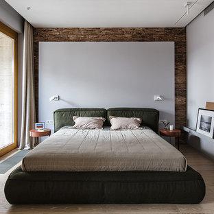 Новый формат декора квартиры: хозяйская спальня в современном стиле с белыми стенами, светлым паркетным полом и бежевым полом