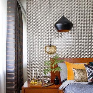 Неиссякаемый источник вдохновения для домашнего уюта: хозяйская спальня в современном стиле с серыми стенами, светлым паркетным полом и бежевым полом