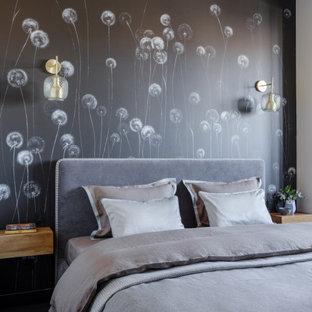 モスクワの小さいコンテンポラリースタイルのおしゃれな主寝室 (ベージュの壁、ラミネートの床、黒い床)