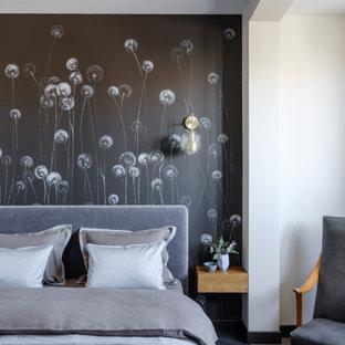 Пример оригинального дизайна: маленькая хозяйская спальня в современном стиле с полом из ламината, черным полом и черными стенами