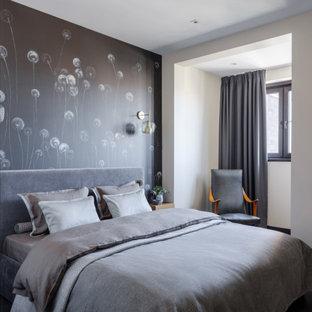 モスクワの小さいコンテンポラリースタイルのおしゃれな主寝室 (ベージュの壁、ラミネートの床、黒い床) のインテリア