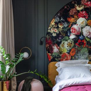 На фото: спальня в стиле фьюжн с черными стенами, паркетным полом среднего тона и коричневым полом