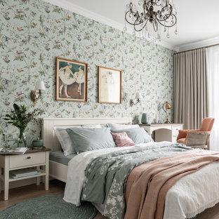 Immagine di una camera matrimoniale tradizionale di medie dimensioni con pareti verdi, pavimento in laminato, nessun camino e pavimento beige