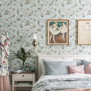 Idéer för att renovera ett mellanstort vintage huvudsovrum, med gröna väggar, laminatgolv och beiget golv