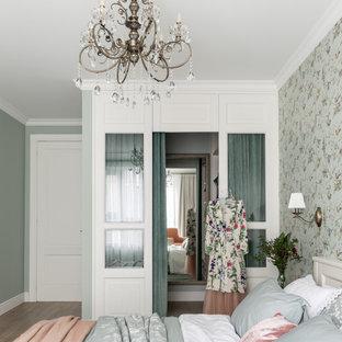 Пример оригинального дизайна: хозяйская спальня в классическом стиле с зелеными стенами без камина