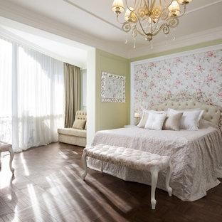 Пример оригинального дизайна: хозяйская спальня в классическом стиле с зелеными стенами, темным паркетным полом и коричневым полом