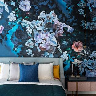 Источник вдохновения для домашнего уюта: хозяйская спальня среднего размера в стиле неоклассика (современная классика) с синими стенами, темным паркетным полом и коричневым полом без камина