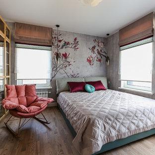 На фото: со средним бюджетом хозяйские спальни среднего размера в современном стиле с серыми стенами, паркетным полом среднего тона и коричневым полом