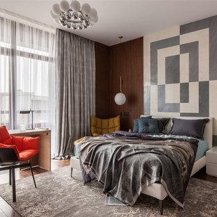Свежая идея для дизайна: хозяйская спальня в современном стиле с паркетным полом среднего тона и коричневым полом - отличное фото интерьера