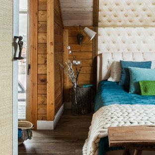 На фото: спальни в стиле рустика с коричневыми стенами, темным паркетным полом и коричневым полом