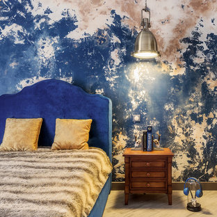 Стильный дизайн: гостевая спальня среднего размера в стиле фьюжн с светлым паркетным полом, белыми стенами и бежевым полом - последний тренд
