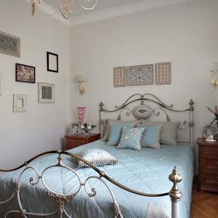 Неиссякаемый источник вдохновения для домашнего уюта: спальня в классическом стиле с белыми стенами и паркетным полом среднего тона