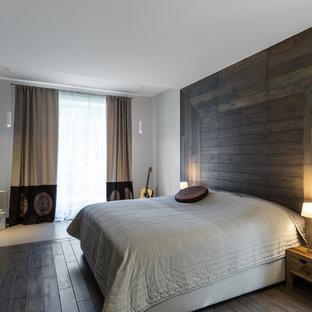 Idee per una camera da letto contemporanea con pareti bianche e parquet scuro