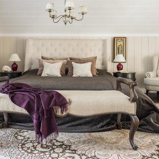 Неиссякаемый источник вдохновения для домашнего уюта: хозяйская спальня среднего размера в классическом стиле с бежевыми стенами, темным паркетным полом и коричневым полом