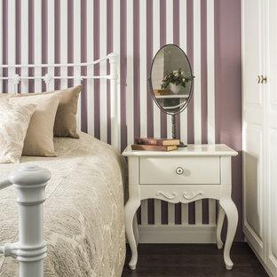 На фото: гостевая спальня среднего размера в классическом стиле с темным паркетным полом и коричневым полом с