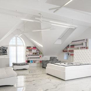 Идея дизайна: хозяйская спальня в современном стиле с белыми стенами и белым полом