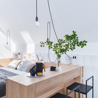 Пример оригинального дизайна: спальня на антресоли в современном стиле с белыми стенами, светлым паркетным полом и бежевым полом