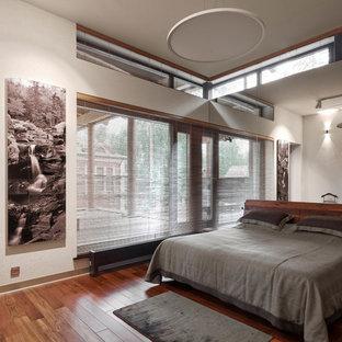 Пример оригинального дизайна интерьера: большая хозяйская спальня в современном стиле с белыми стенами, паркетным полом среднего тона и коричневым полом