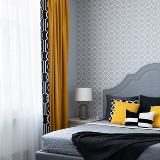 Modelo de dormitorio principal, tradicional renovado, de tamaño medio, con paredes grises, suelo laminado y suelo beige