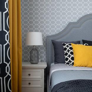 Ejemplo de dormitorio principal, clásico renovado, de tamaño medio, con paredes grises, suelo laminado y suelo beige