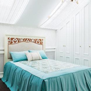 Идея дизайна: гостевая спальня в стиле современная классика с белыми стенами, темным паркетным полом и коричневым полом