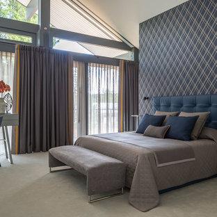 Пример оригинального дизайна: хозяйская спальня в современном стиле с серыми стенами, ковровым покрытием и бежевым полом