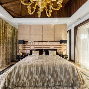 Идея дизайна: большая хозяйская спальня в современном стиле с белыми стенами, паркетным полом среднего тона, бежевым полом и деревянным потолком
