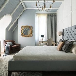 Стильный дизайн: хозяйская спальня в стиле современная классика с серыми стенами и ковровым покрытием - последний тренд