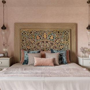 Стильный дизайн: хозяйская спальня в средиземноморском стиле с розовыми стенами без камина - последний тренд