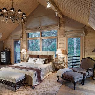 На фото: спальня в стиле рустика с бежевыми стенами и светлым паркетным полом с