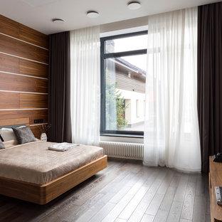 Свежая идея для дизайна: спальня в современном стиле с белыми стенами, темным паркетным полом и коричневым полом - отличное фото интерьера