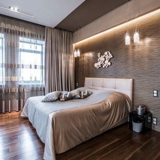 На фото: большая хозяйская спальня в современном стиле с бежевыми стенами, паркетным полом среднего тона и коричневым полом без камина с
