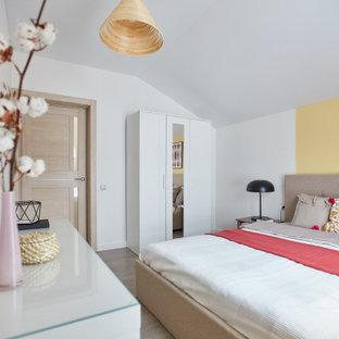 Свежая идея для дизайна: спальня в современном стиле с белыми стенами, темным паркетным полом, коричневым полом и сводчатым потолком - отличное фото интерьера