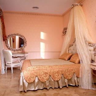 Foto de dormitorio tradicional, pequeño, con paredes rosas y suelo de madera en tonos medios