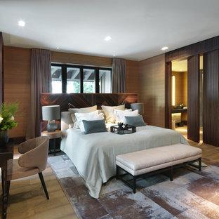 Пример оригинального дизайна интерьера: хозяйская спальня в современном стиле с коричневыми стенами и ковровым покрытием