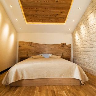 На фото: с высоким бюджетом хозяйские спальни среднего размера в стиле кантри с бежевыми стенами, паркетным полом среднего тона и коричневым полом