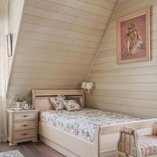 Свежая идея для дизайна: большая гостевая спальня в классическом стиле с бежевыми стенами, полом из керамогранита, коричневым полом, сводчатым потолком, деревянным потолком и деревянными стенами - отличное фото интерьера