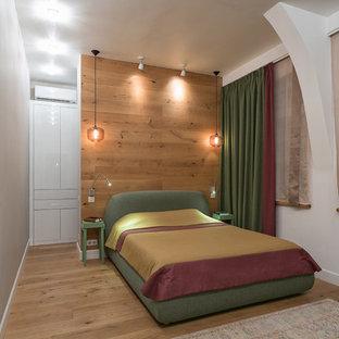 Неиссякаемый источник вдохновения для домашнего уюта: гостевая спальня среднего размера в современном стиле с разноцветными стенами и светлым паркетным полом