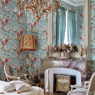 モスクワのトラディショナルスタイルのおしゃれな寝室 (赤い壁、カーペット敷き) のインテリア