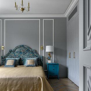 Пример оригинального дизайна: хозяйская спальня в стиле современная классика с серыми стенами, паркетным полом среднего тона и разноцветным полом