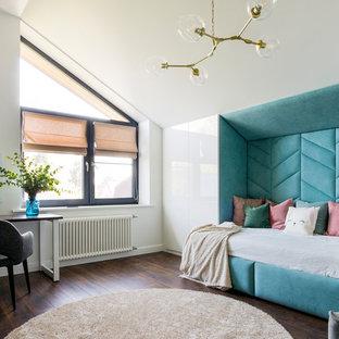 Пример оригинального дизайна: большая спальня в современном стиле с белыми стенами, темным паркетным полом и коричневым полом