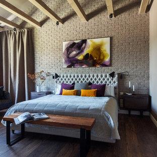 モスクワの大きいトランジショナルスタイルのおしゃれな主寝室 (グレーの壁、濃色無垢フローリング、茶色い床) のインテリア