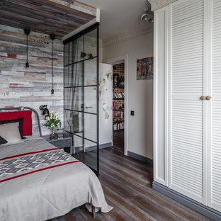 На фото: маленькая хозяйская спальня в стиле фьюжн с серыми стенами, паркетным полом среднего тона и разноцветным полом с