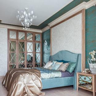 Imagen de dormitorio principal, clásico renovado, con paredes azules, suelo de madera clara y suelo beige