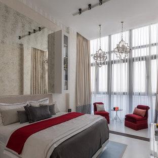 Идея дизайна: хозяйская спальня в современном стиле с бежевыми стенами и белым полом