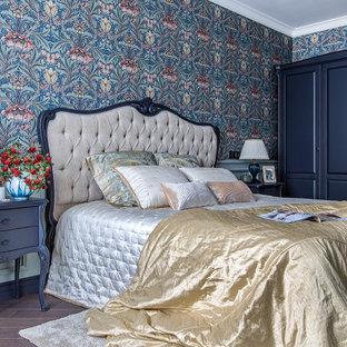 Стильный дизайн: спальня в классическом стиле с разноцветными стенами, темным паркетным полом и коричневым полом - последний тренд