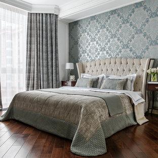 Идея дизайна: хозяйская спальня в классическом стиле с синими стенами, темным паркетным полом и коричневым полом
