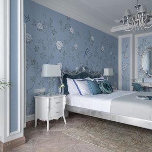 Идея дизайна: хозяйская спальня в стиле современная классика с синими стенами, светлым паркетным полом и бежевым полом