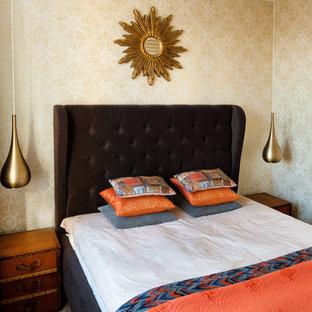Стильный дизайн: спальня в стиле современная классика с паркетным полом среднего тона и коричневым полом - последний тренд