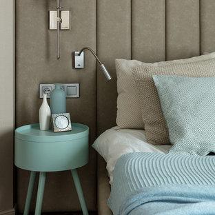 На фото: хозяйские спальни в современном стиле с бежевыми стенами, темным паркетным полом и коричневым полом